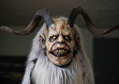 Maschera Krampus con capelli bianchi per intero